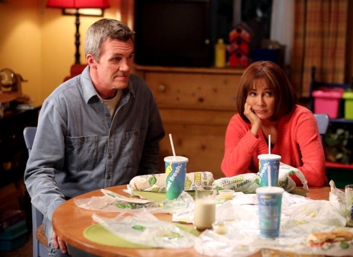 Neil Finn (A gauche) était ... L'homme de ménage de Scrubs ! (Entre autres) Patricia Heston (A droite) tente tant bien que mal d'assurer le rôle d'une mère attentive.