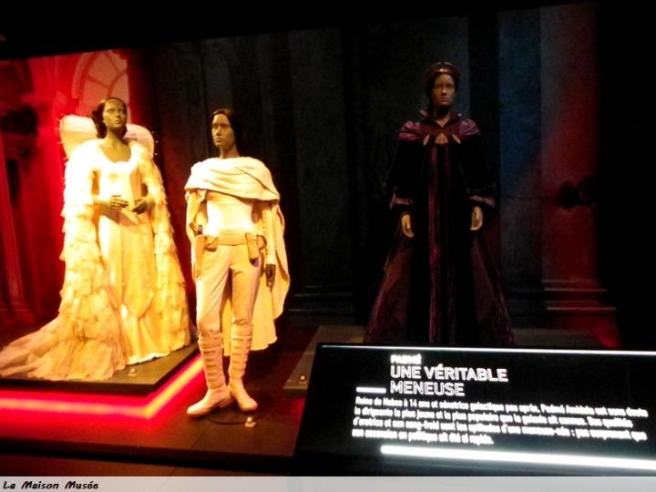 3 Costumes sélectionnés caractérisent, entre autres, Padmé. Les légendes rappelleront toute la signification de leurs couleurs, leurs références et leurs liens à d'autres épisodes.