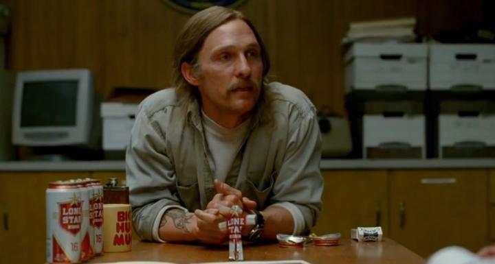 17 ans après, Cohle (Matthew McConaughey) revient sur le meurtre le plus entêtant de sa carrière ...